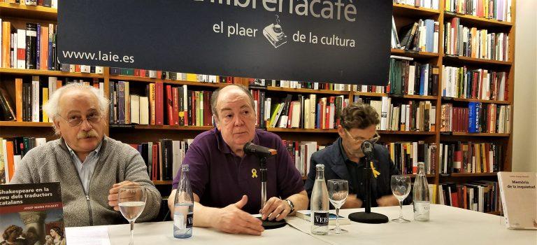 """Presentació dels llibres """"Memòria de la  inquietud"""" de Carles Camps Mundó, i """"Shakespeare en la veu dels traductors catalans"""" de Josep Maria Fulquet  a càrrec de Sam Abrams, poeta i assagista.  3-5-2018, a la llibreria LAIE de Barcelona."""